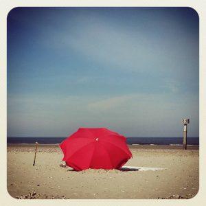 ML0004-strandparasol - instagram- fotografie van Marjolein Lensink - fotografie - Zaansgroen